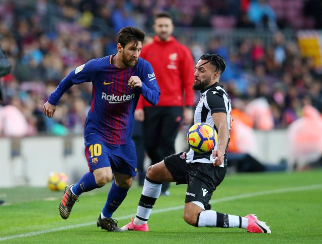 Messi ante Morales en un Barcelona - Levante