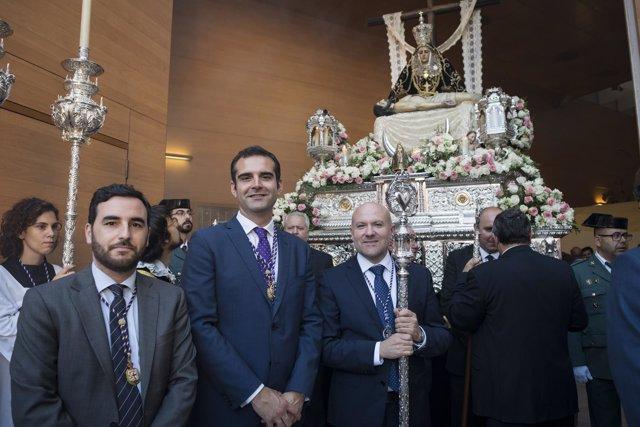 El alcalde entrega el Escudo de Oro a la imagen de la Virgen de las Angustias