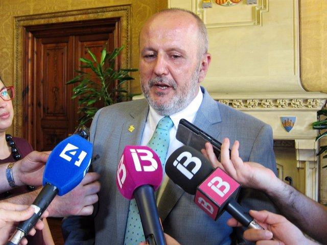 El presidente del Consell de Mallorca, Miquel Ensenyat, atiende a los medios