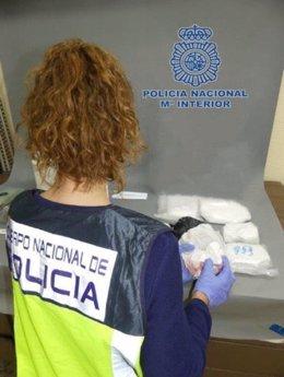 Una agente analiza las sustancias intervenidas