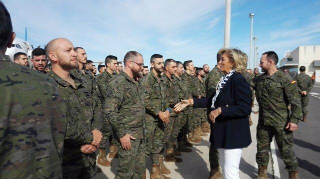 Herrera saluda a la militares en el Aeropuerto de Badajoz