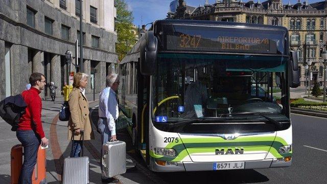 El autobús del aeropuerto en una parada de Bilbao