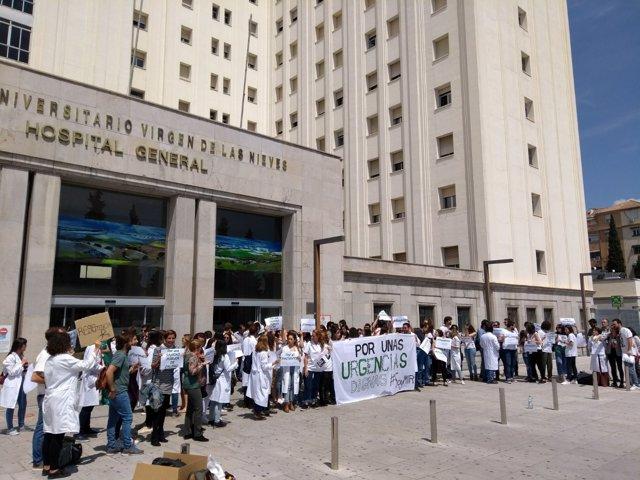 Concentración con motivo de una huelga indefinida de MIR de Urgencias