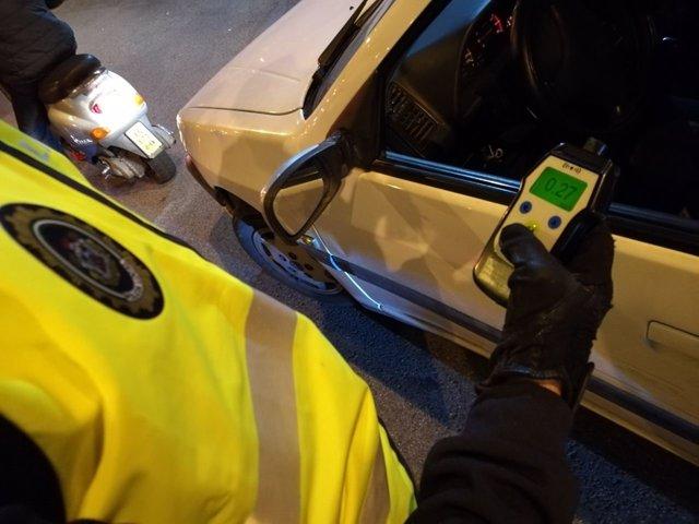 Agente de Policía Local sostiene una prueba de alcoholemia