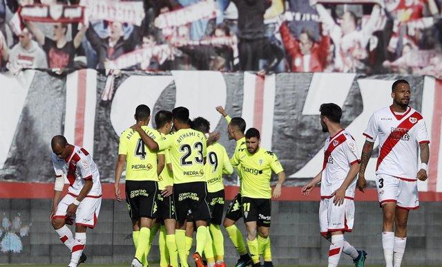 Los jugadores del Córdoba celebran un gol ante el Rayo Vallecano.