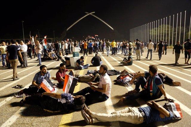 Seguidores de Al Sadr acampados en la Zona Verde de Bagdad