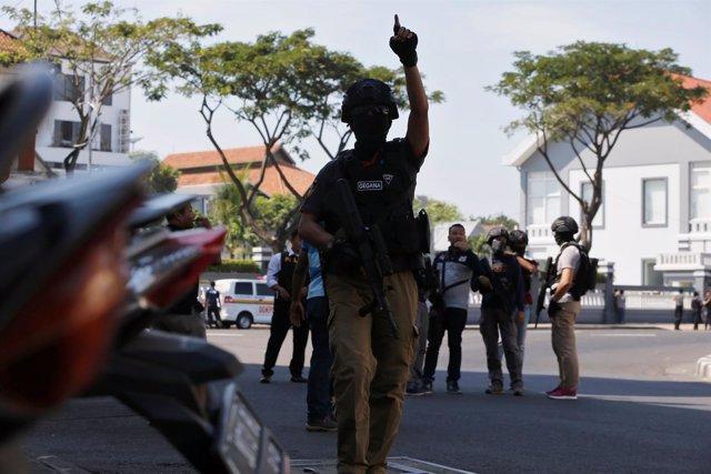 Un policía tras la explosión de una bomba en una comisaría de Surabaya