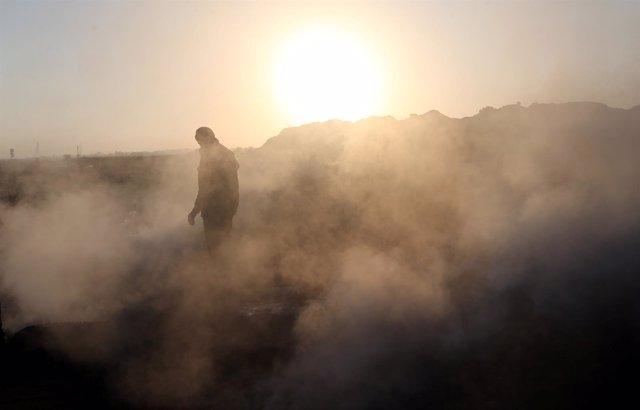 Un palestino entre el humo dejado por los objetos lanzados por drones israelíes