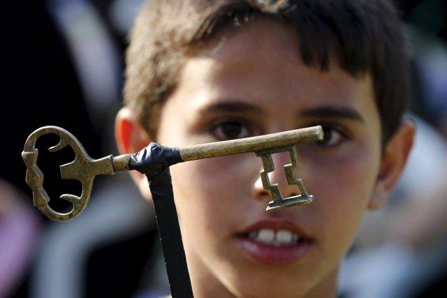 Un niño con llave simbolizando el derecho aL retorno de refugiados palestinos