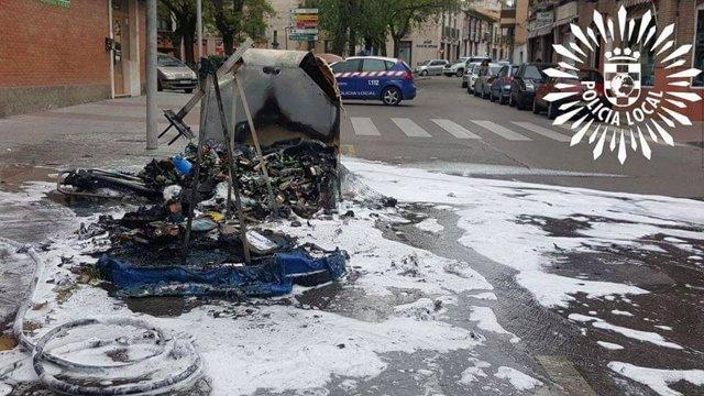 Imagen de uno de los contenedores quemados en Pinto