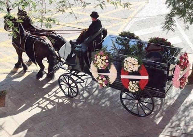 Carruaje fúnebre que llevará la protesta laboral de TdCO hasta el Ayuntamiento