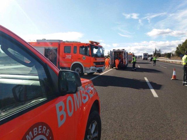 Intervención de Bomberos en un accidente de tráfico en imagen de archivo