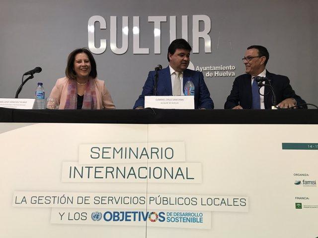 La consejera María José Sánchez Rubio en un seminario en Huelva