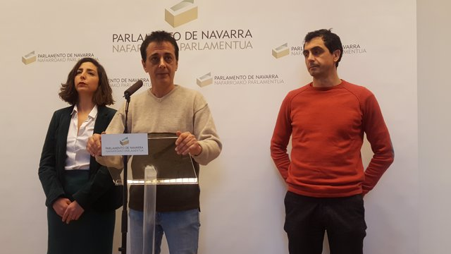 Laura Pérez, Carlos Couso y Rubén Velasco, parlamentarios de Podemos.