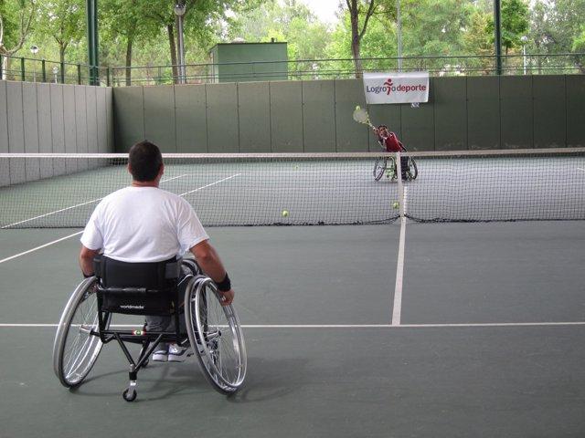Partido de tenis en silla de ruedas