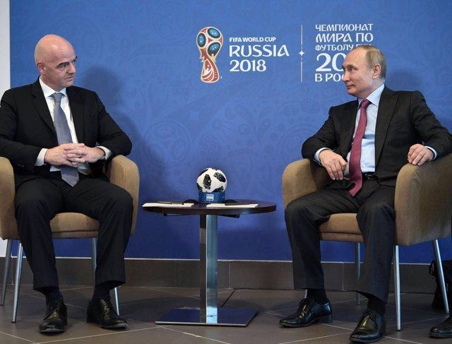 El presidente de la FIFA con Vladimir Putin