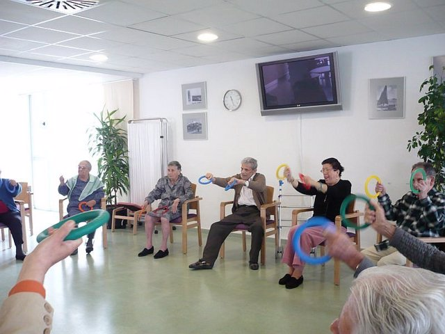 Ancianos haciendo ejercicio en la residencia. Foto de archivo.