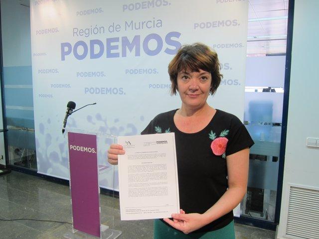 La Diputada Regional De Podemos, María Giménez, Muestra La Moción