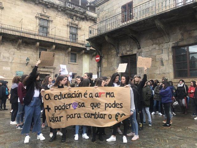 Protesta contra el profesor Luciano Méndez Naya en Santiago