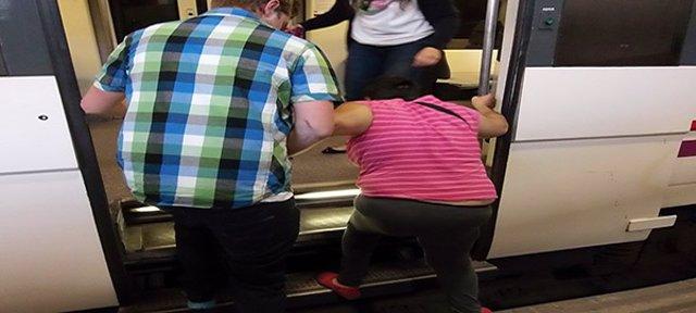 Una persona accede a un tren de Cercanías
