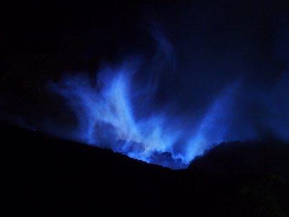 """¿Sabías que existe un volcán que escupe """"lava"""" de un misterioso color azul?"""