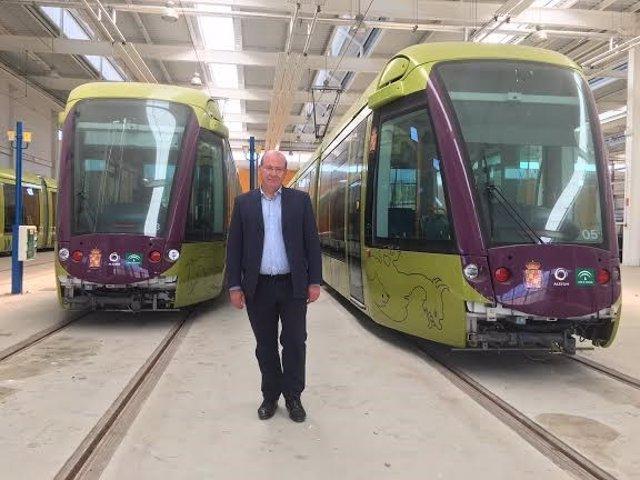 El alcalde posa delante de los vagones del tranvía