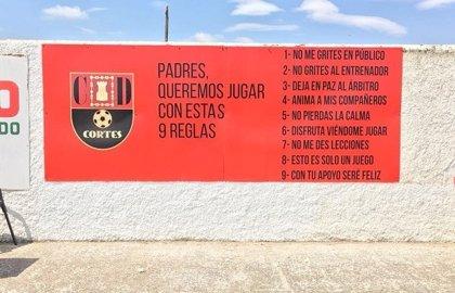 """""""Padres, queremos jugar con estas 9 reglas"""": La iniciativa de un club de fútbol para evitar la violencia en las gradas"""