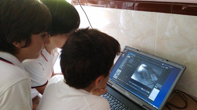 Alumos observan las imágenes obtenidas por la webcam