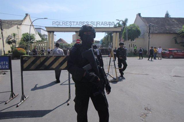 Un policía tras un atentado suicida contra una comisaría en Surabaya, Indonesia