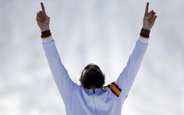 Regino Hernández señala al cielo después de proclamarse medallista olimpico