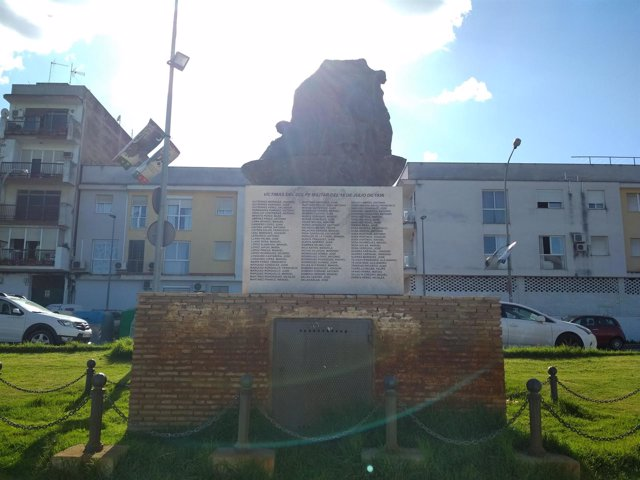 El monumento memorialista de Coria, ya limpio