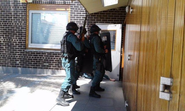 Agentes de la Guardia Civil entrando a los juzgados.