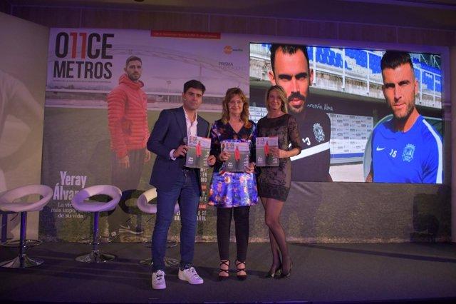David Aganzo, Mónica Marchante y Laura Falcó Lara con la revista 'O11CE  Metros'