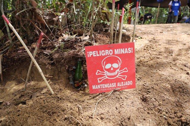 Cartel alertando de la presencia de minas en Colombia