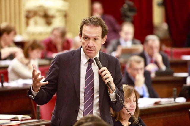 El conseller Marc Pons durante el pleno del Parlament