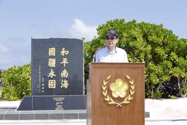 Ma Ying Jeou visita una isla disputada con China
