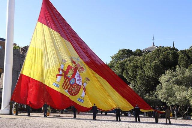 Izado solemne de bandera en la plaza de Colón