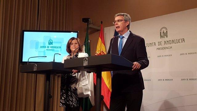 El portavoz del Gobierno, Juan Carlos Blanco, junto a la consejera de Igualdad