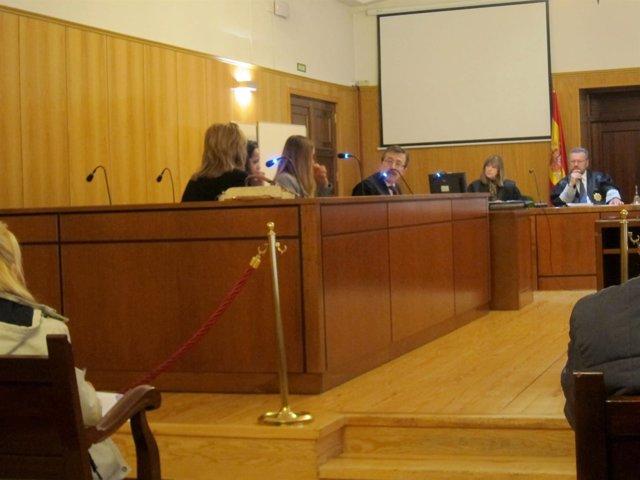 La madre y las hijas, en el juicio.
