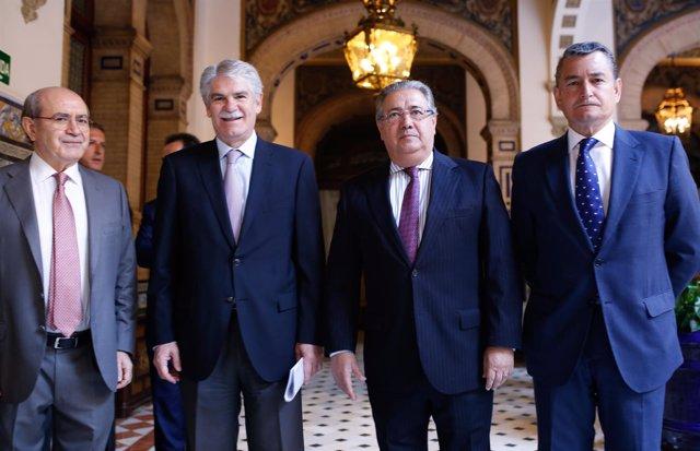 Los ministros Dastis y Zoido, antes de participar en un acto en Sevilla