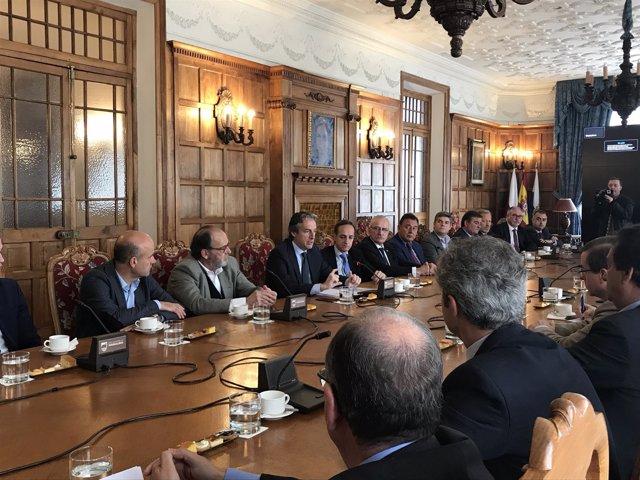 De la Serna se reúne con empresarios del sector de la obra pública en Santander