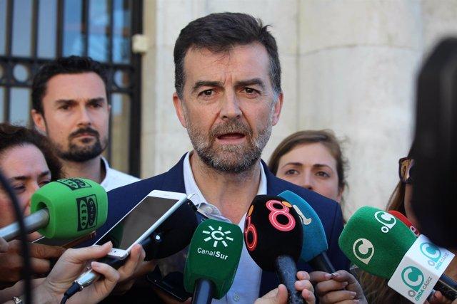 Maíllo atiende a los periodistas en Cádiz