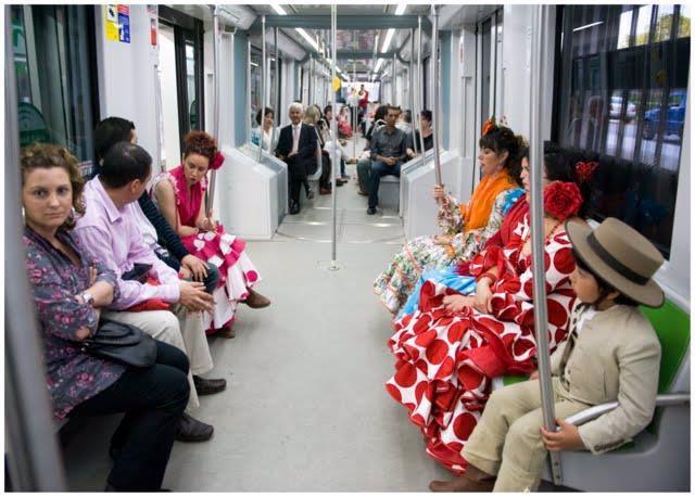 Viajeros en el metro durante la Feria