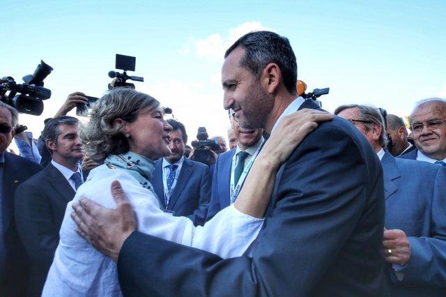 La ministra saluda al presidente de la Diputación de Alicante
