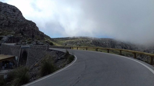Carretera de la Serra de Tramuntana con barreras de madera