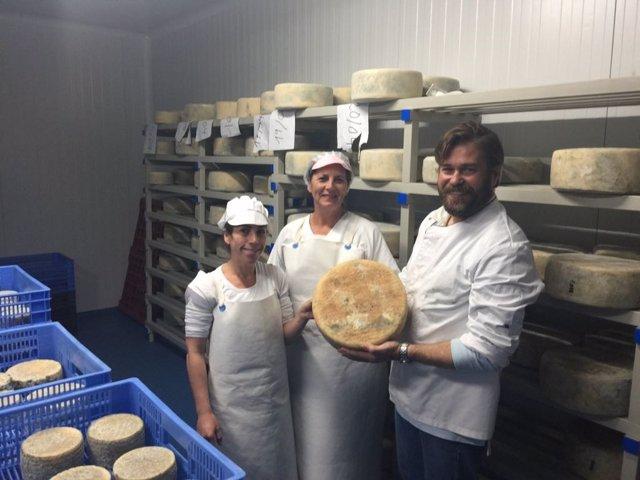 Visita de la Junta a la quesería Agrazul
