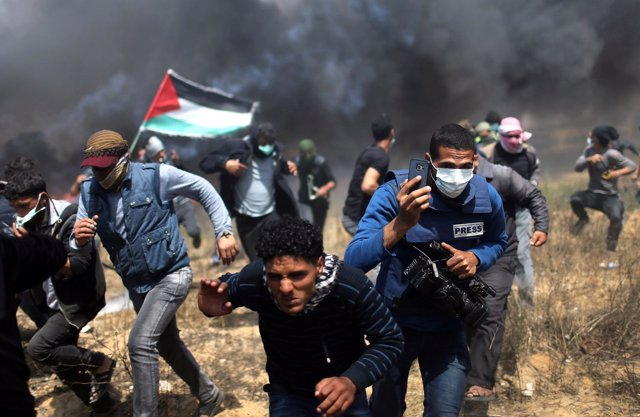 Periodistas cubren los enfrentamientos entre palestinos y soldados israelíes