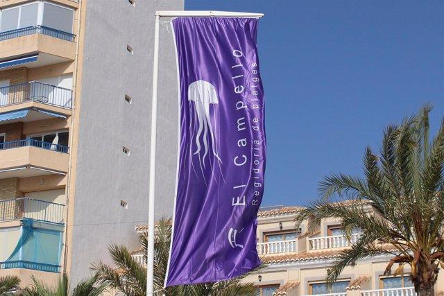 Banderola que anuncia la presencia de medusas en las playas de El Campello