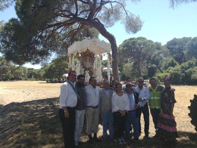 La alcaldesa de Almonte, Rocío Espinosa, da la bienvenida a hermandades.
