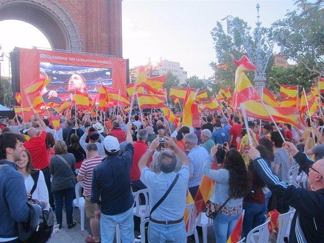 Un partido de la selección española en Barcelona emitido por pantallas gigantes